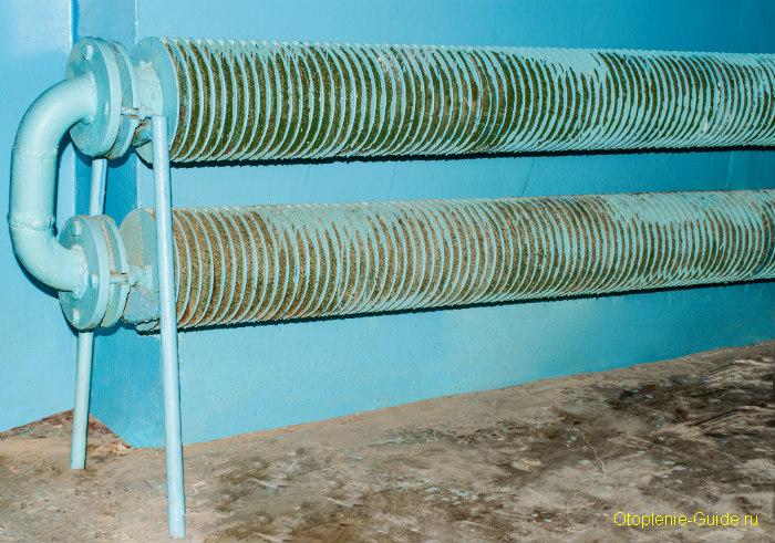 plastinchatiy-radiator-v-podezde-doma.jpg