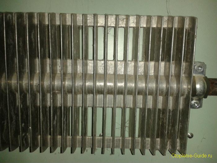 stariy-plastinchatiy-radiator-otopleniya.jpg