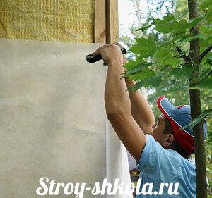 Ustanovka-poverh-uteplitelya-gidrovetrozashhitnoy-membrannoy-plenki-300x281.jpg