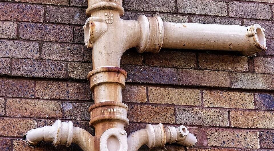 Канализационные трубы в многоквартирном доме