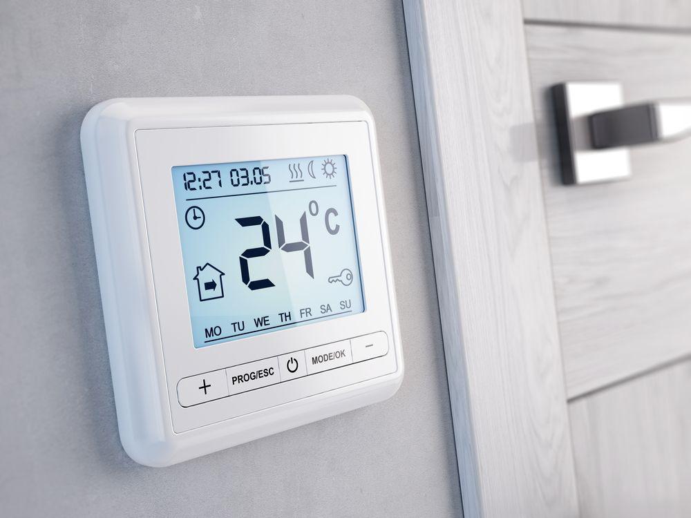 Komnatnyj-termostat-kotla-v-interere-doma.jpg