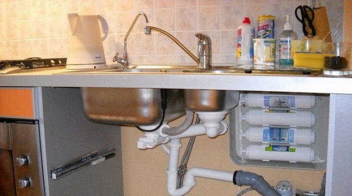 tonkosti-processa-ustanovki-filtra-dlya-vody-pod-mojku.jpg