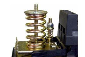 Пружина-и-гайка-регулировки-давления-включения-1-300x200.jpg