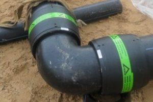 muftovoe-uglovoe-soedinenie-kanalizatsionnoy-truby-600x450-300x200.jpg