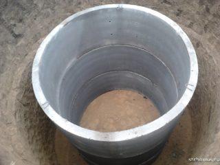 vygrebnaja-jama-iz-betonnyh-kolec-320x240.jpg