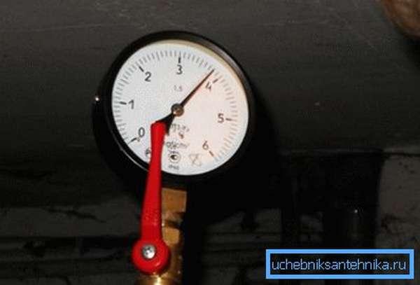 Манометр на фото показывает 3,8 кгс/см2. Значение вполне штатное.